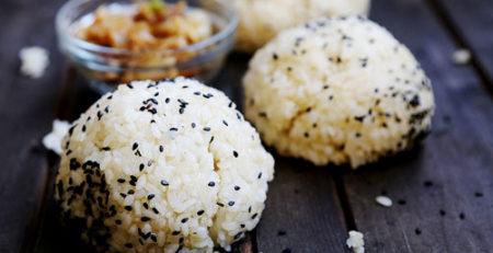 Кунжутные рисовые шарики с карамелизованным луком